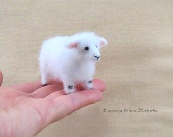 Tiny lamb, Needle Felted sheep, Needle Felted Animal, Woodland Animal, lamb for dollhouse, miniature sheep, mini lamb