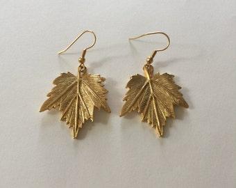 Vintage Costume Jewelry: Gold Tone Maple Leaf Earrings