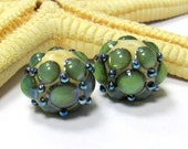 SMAUGGS handmade beads (2p, 14mm x 11mm), glass, beige, green, silvery dots, hole 2mm