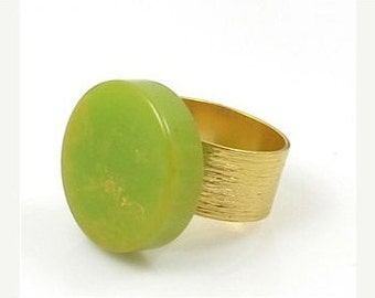 Green ring, Bakelite ring, Slit pea green ring,Vintage Bakelite Split Pea Green Ring, Vintage Ring