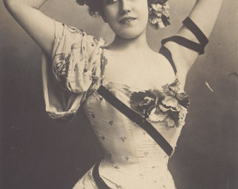 Mlle Graziella at the Olympia in Paris, circa 1900-'05