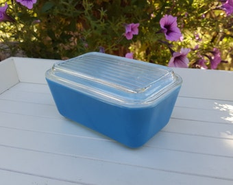 Medium Blue Pyrex Refrigerator Dish With Lid - Oak Hill Vintage