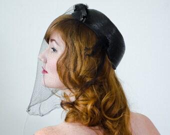 1930s vintage hat / black straw capulet with veil