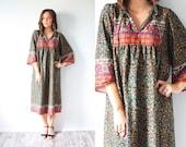 Vintage boho floral muumuu modest dress // garden floral dress // summer floral bohemian dress // retro garden floral short sleeve dress
