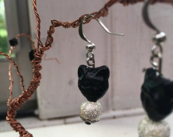 Kitty earrings with a silver sparkle