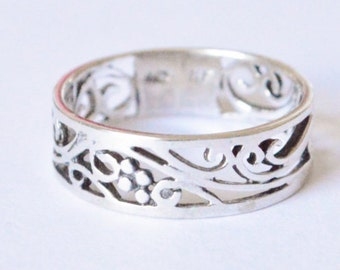 SALE Vintage Sterling Silver Berry and Vine Style Filigree Band Size 6