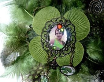 Broche textile,plumes vertes,portrait retro années 20,porte bonheur