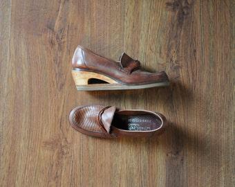 25% OFF 70s wood wedge loafers / vintage leather platforms / wood platform shoes 6