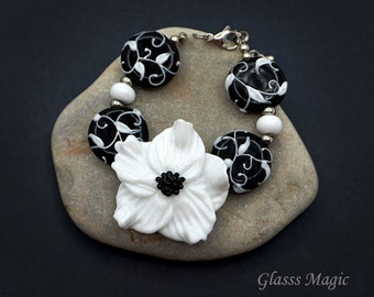 Monochrome Elegance glass bracelet, lampwork, murano glass, flamework, black and white bracelet, flower bracelet, glass flower, white flower