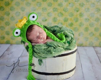 Newborn frog photo prop with crown/Frog prince bonnet/Frog Princess/Crochet Knit Baby Boy Or Girl