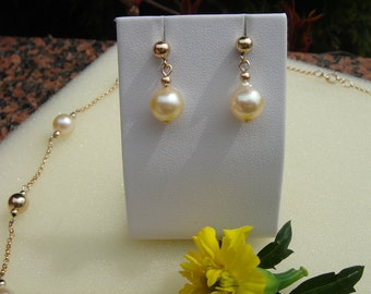 Gold 585 (14 K) with Akoya pearl earrings!