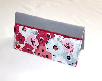 Checkbook made of grey cotton with red and pink flowers