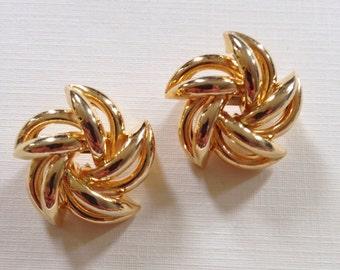 Vintage swirly brooch set . gold toned . swirly seting . 1980's