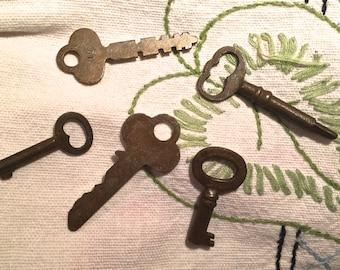 Antique Keys - Vintage - set of 5