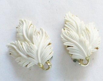 Lisner Leaf Earrings Off White  Gold Tone Clip On  Signed Vintage Jewelry    A15