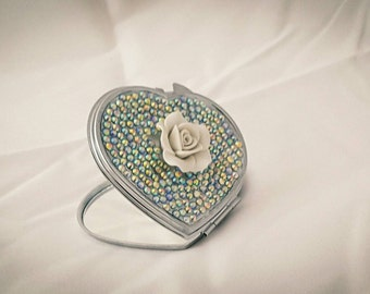 Heart compact mirror in white with a flower