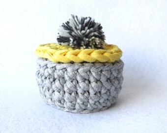 Small basket with pompon
