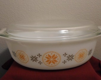 Town and Country Pyrex 045 2 1/2 qt. with original Pyrex lid