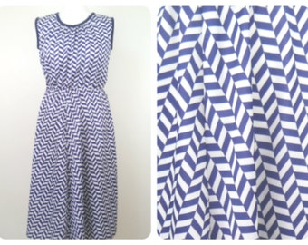 Vintage retro 1970s white and navy zig zagged vibrant summer dress. Size 10