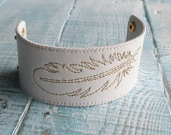 White leather feather bracelet. Bohemian cuff bracelet. Wide leather bracelet. Boho chic. Feather bracelet. Boho bracelet. White bracelet