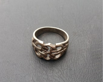 arrows  design on front of  Sterling silver  ring  sz 7.5
