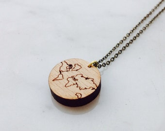 "Necklace ""The Earth is flat"" serious wood"