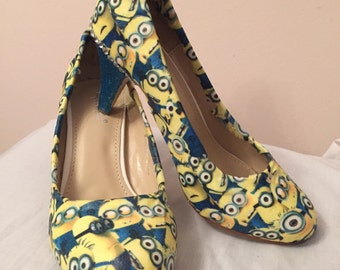 Minion print court shoe