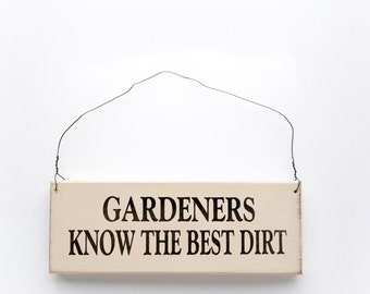 Wood Sign Saying: Gardeners Know The Best Dirt