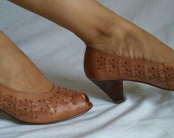 Woven leather pump heel