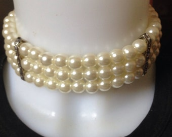 Pearls' collar in triple wires and crystal decorations
