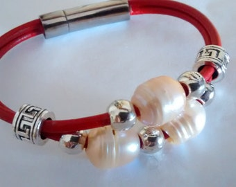 Bracelet leather red with Pearl natural