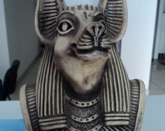 Egyptian figure in resin weighs about 2 kg
