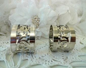 Vintage Napkin Rings holder, hand carved metal napkin ring holder, set of two metal napkin holder - EPNS serviettes rings /holder