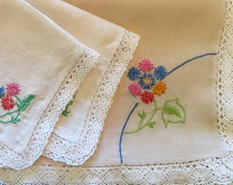 Embroidered Tablecloth with Matching Napkins - Card Table Square - Small Table Cloth - Vintage Linens