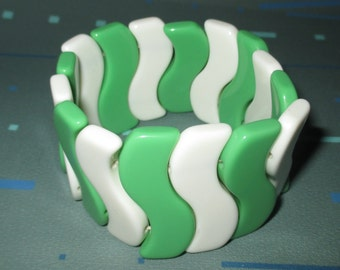 Vintage MOD Green and White Squiggle Plastic Lucite Stretch Bracelet