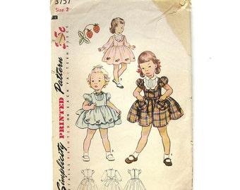 1950s Vintage Girls Dress with Puff Sleeves and Scalloped Hem Apron / Dress Pattern / Simplicity 3757 / Size 2T