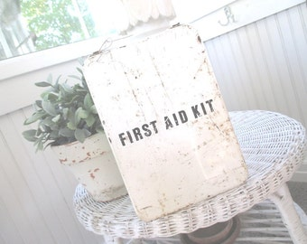 Vintage First Aid Kit * Shabby Rusty Patina