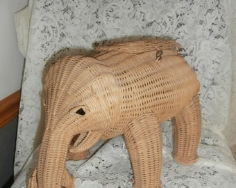 Vintage Large Natural Tan ~  Rattan Elephant Wicker Purse ~ Basket~ with attached lid