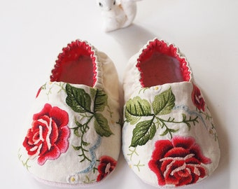 Baby Booties Embroidered Red Rose Cotton Fabric Slippers Sherpa Fleece Inner Sole size 6-9 months (SET B)