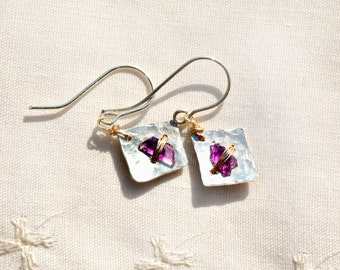 Silver Earrings,Diamond Shaped+Amethyst Chips Wrapped in Gold Filled Wire. Small Hammered Silver Earrings. boucles d'oreilles, Free Shipping
