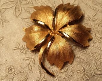STYLISH Brushed Goldtone Flower Design Pin by Crown Trifari VINTAGE