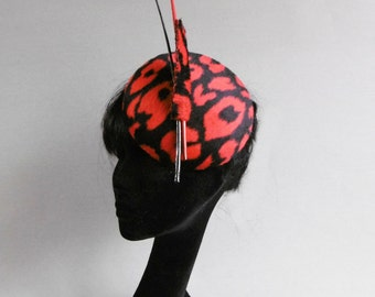 Dutch design red and black big cat print hat with two ton sur ton striped feathers on comb