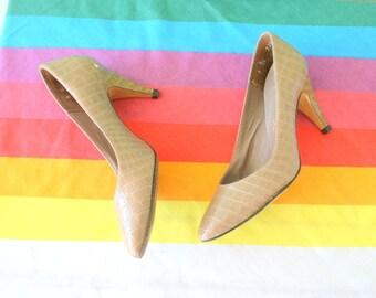 1960s MOD GIRL Heels..size 5 women..designer heels. green heels. shoes. pumps. 1960s. classic. life stride. mod. retro. ladies. brown. olive
