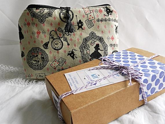 kit pour trousse en tissu motif alice au pays des merveilles. Black Bedroom Furniture Sets. Home Design Ideas