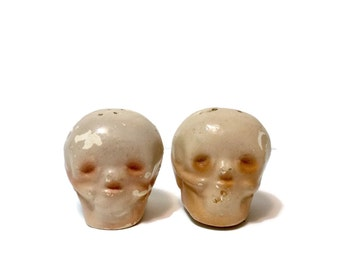 Vintage 1950s Skull Salt and Pepper Shakers S&P, Texline Texas souvenir  Made in USA, cold paint