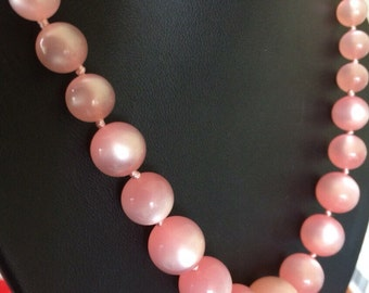 Lovely Moonglow Pink Thermoset Lucite Graduated Lightweight Bead Necklace