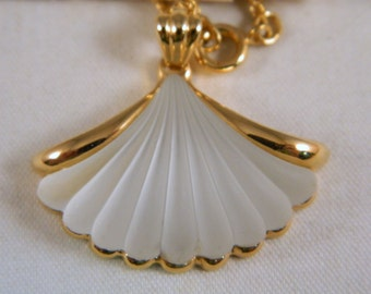 Vintage Avon Lead Crystal Seashell Necklace / Gold Clam Shell Necklace / Ocean Crystal Pendant / Original Box, New Old Stock 1980s Jewelry