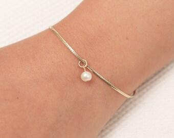 Gold Pearl Bracelet, Dainty Chain Bracelet, Bridesmaid Bracelet, Floating Pearl Bracelet, Layering Gold Filled Bracelet, Bridesmaid Gift.