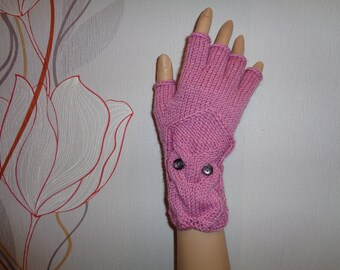 Hand-knitted lilac color gloves with half fingers and knitted owl