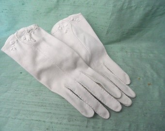Beige cotton wrist gloves with decoration / vintage women's gloves / short beige gloves